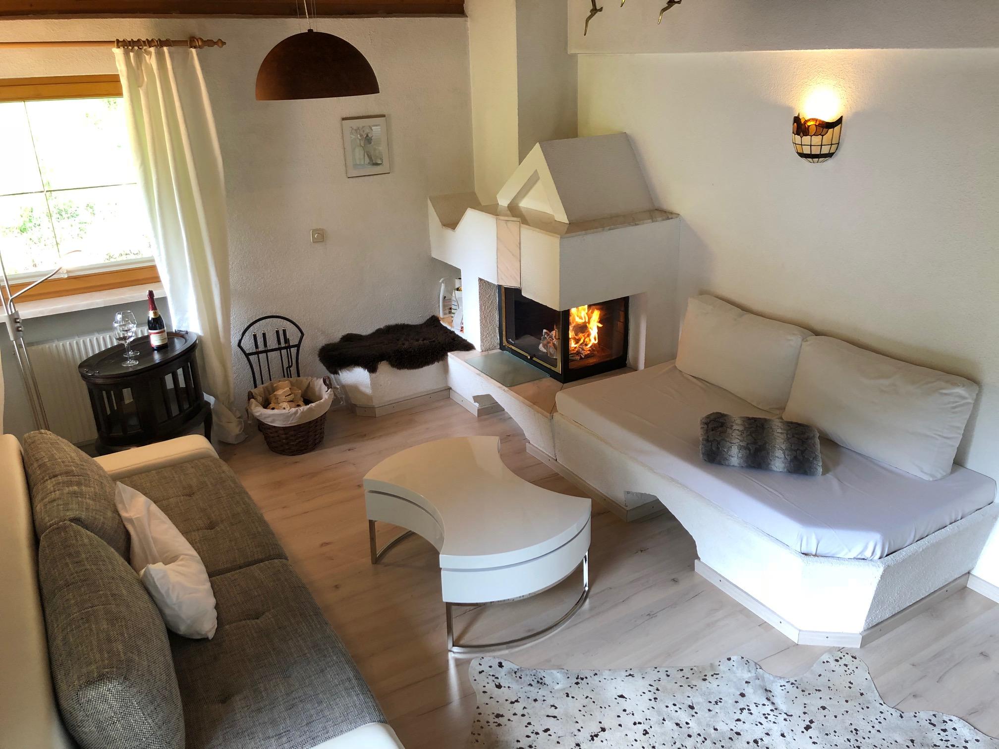Wohnzimmer Mit Kamin Und Zugang Zum Sudbalkon